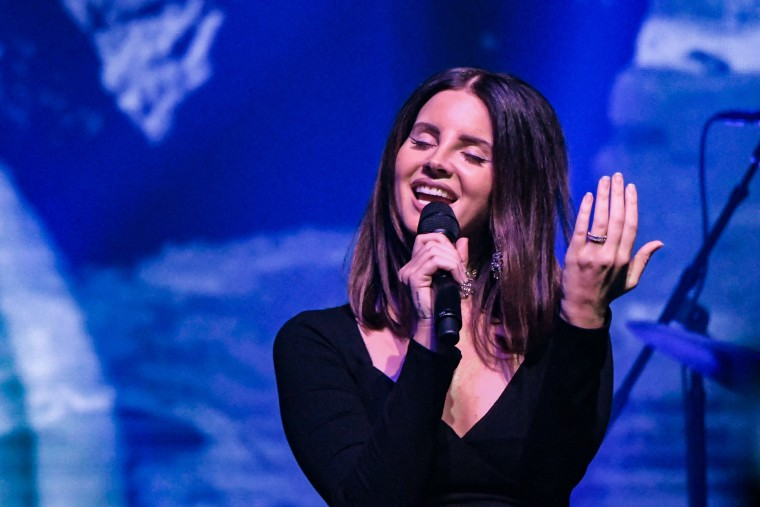 Lana Del Rey singing Lana Del Rey karaoke with her fans is peak Lana Del Rey
