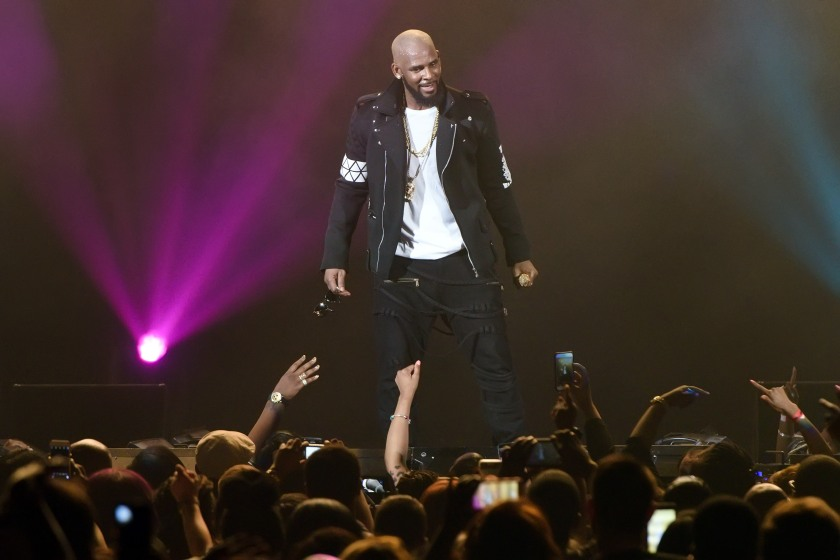 [Image: r-kelly-performs-at-allstate-arena-on-ma...linois.jpg]