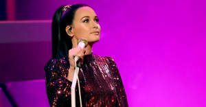 Watch Kacey Musgraves honor Selena in Houston