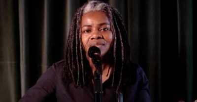 """Tracy Chapman makes rare live appearance to perform """"Talkin' Bout A Revolution"""" on Seth Meyers"""