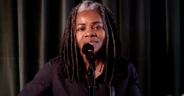"""Tracy Chapman makes rare live appearance to perform """"Talkin' Bout A Revolution"""" on Seth Meyers 1"""