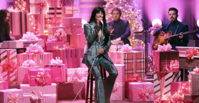 "Kacey Musgraves debuts new song ""Glittery"" on Fallon"