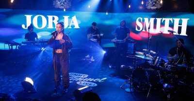 "Jorja Smith brings ""Blue Lights"" to Jimmy Kimmel Live!"