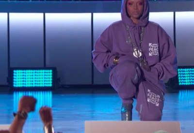 Erykah Badu takes a knee for Colin Kaepernick during the Soul Train Awards