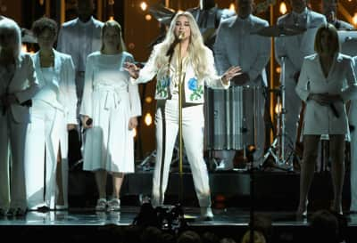 "Kesha gave a powerful Grammy performance of ""Praying"""