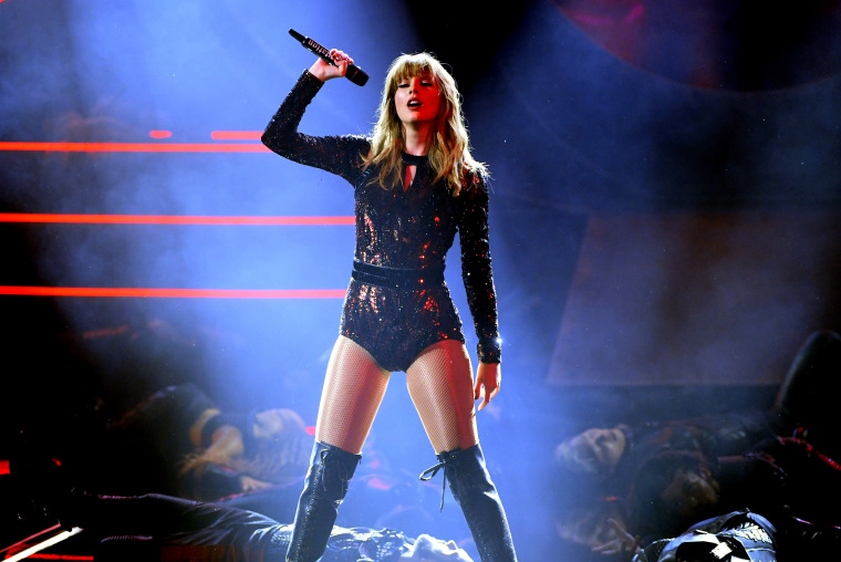 Taylor Swift has signed with Republic Records