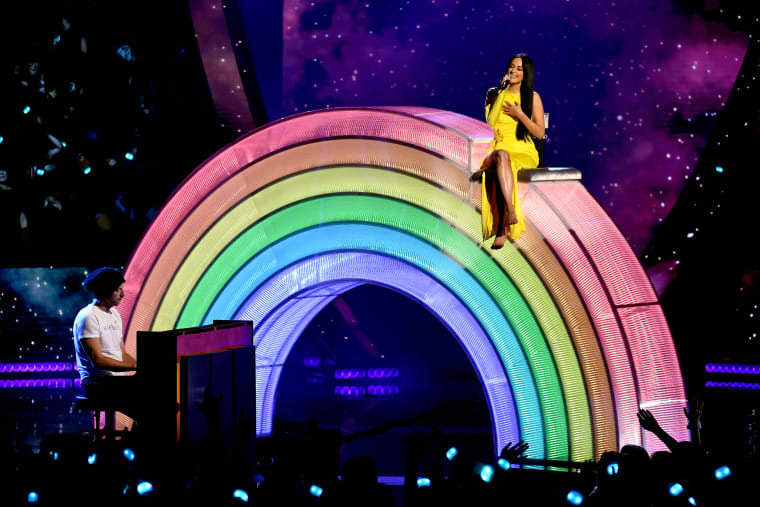 "Watch Kacey Musgraves perform ""Rainbow"" with Chris Martin at 2019 iHeartRadio Awards"