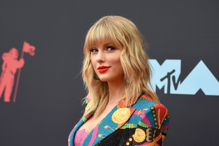Taylor Swift's <i>Lover</i> debuts at No. 1 on the Billboard 200