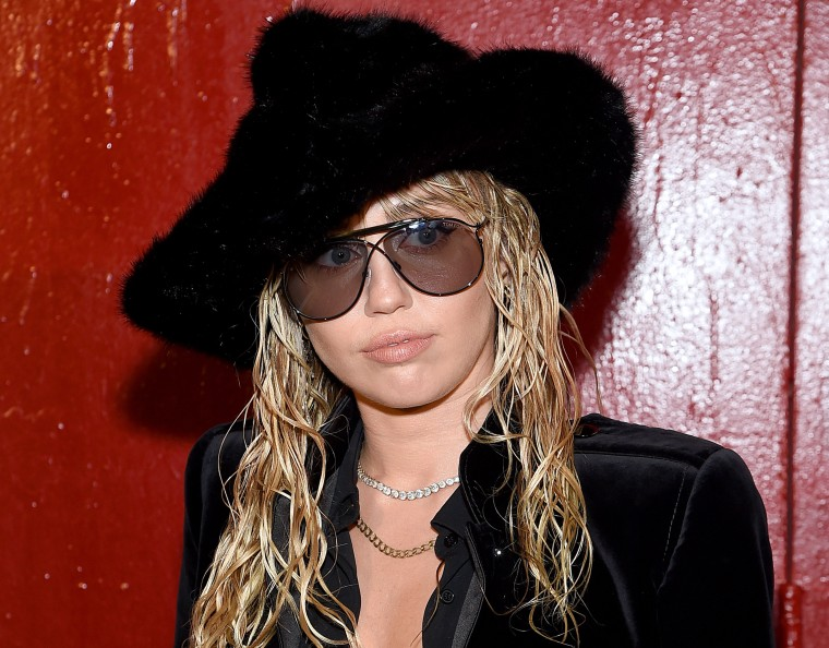 """Miley Cyrus clarifies comment on sexuality: """"you are born as you are"""""""