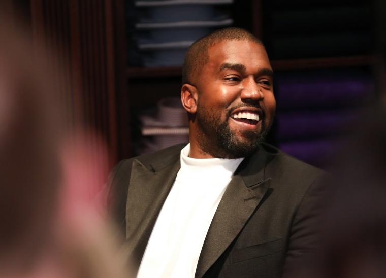 Kanye West dừng lại trên đường để nghe một rapper vô danh biểu diễn