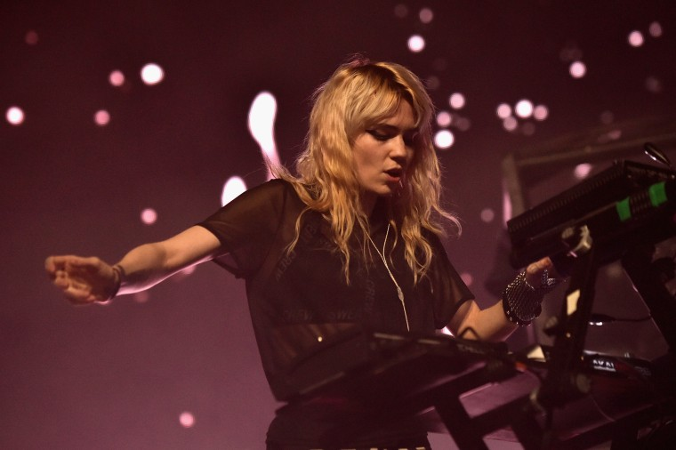 "Grimes apologizes for criticizing her label and ""spreading bad vibes"""