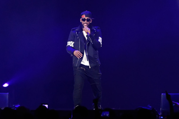 """Report: Parents Allege R. Kelly Is Holding Their Daughters In A """"Cult"""""""