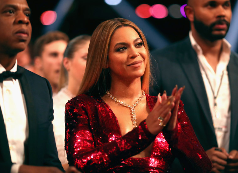 Watch Beyoncé gracefully save herself from falling on stage