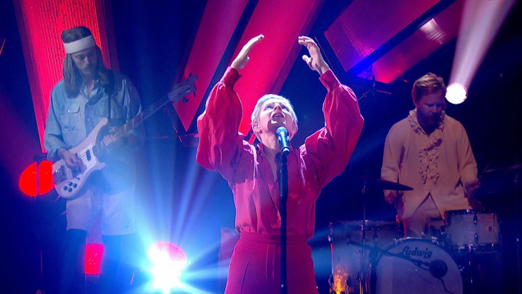 """Robyn returned to the stage to perform """"Missing U"""" on <I>Later...</i>"""